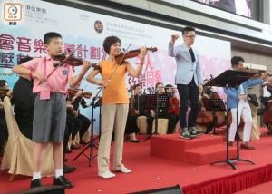 (東網) 小提琴家率千人奏弦樂 刷新健力士世界紀錄
